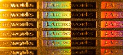 Microworks' Logo - Die Spektralfarben entstehen durch ein dem Logo überlagertes Mikrogitter