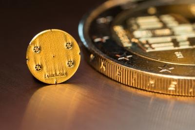 Einzellöcher in 200µm dickem Goldtaler von 3, 4 und 5µm dienen als Pinholes in der Röntgenbildgebung