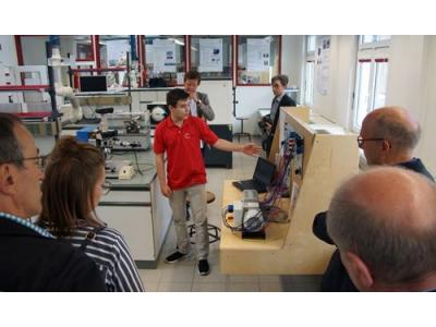Ein Schüler stellt einen Messtand vor, der im Rahmen der Schulkooperation entwickelt wurde.