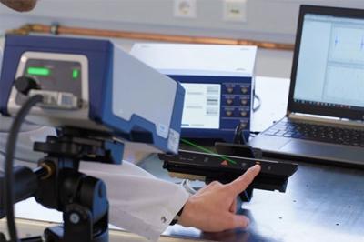 Laserbasierte Schwingungsmessung mit VibroFlex Xtra ist optimal für dunkle, bewegte oder rotierende Oberflächen – hier zur Untersuchung des haptischen Feedbacks einer Automobil-Bedienleiste.
