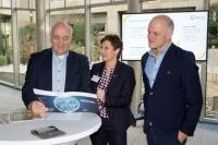 Die Sammelmappe von Erfolgsbeispielen cyber-physischer Systeme der Allianz Industrie 4.0 Baden-Württemberg stößt bei den Abgeordneten auf großes Interesse.