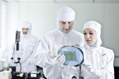 Arbeit im Reinarum bei Cicor Advanced Microelectronics & Substrates