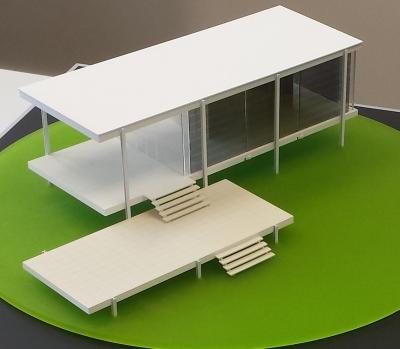 Das Modell von Mies van der Rohes Farnworth House ist von zwei Seiten mit organischen Solarmodulen bestückt. Diese nutzen das einfallende Licht zur Stromgenerierung, lassen aber ebenso einen Teil in den Innenraum fallen.
